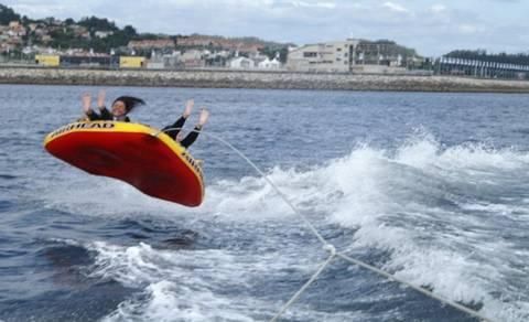 Alquiler de barcos en Sanxenxo con actividades acuáticas para despedidas