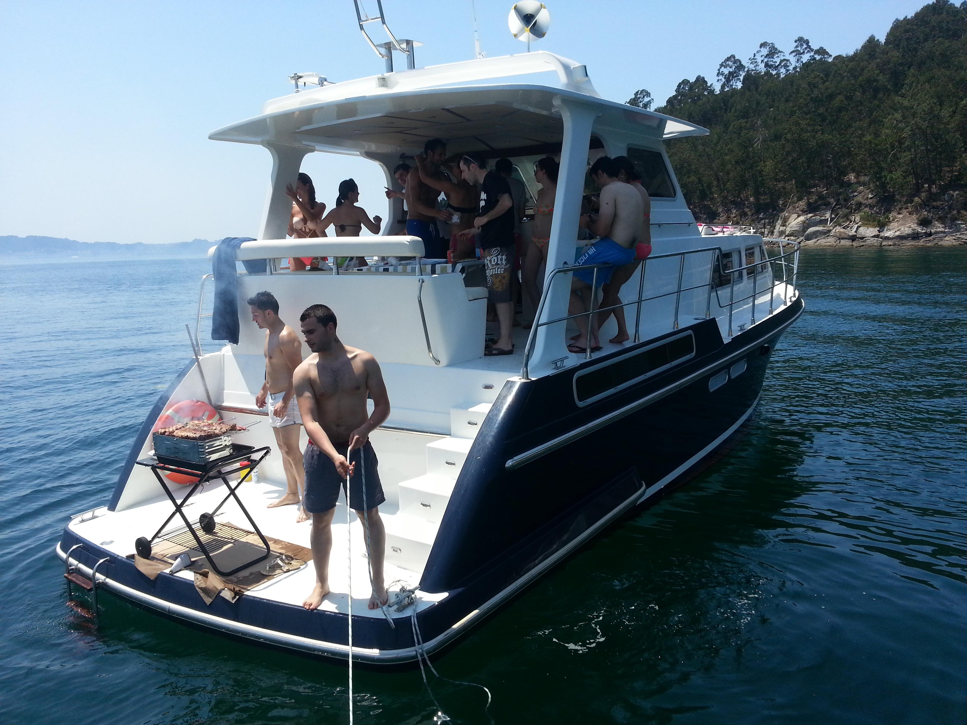 Barcos en Galicia para despedidas de soltero y soltera . Alquiler de veleros y yates para fiestas privadas