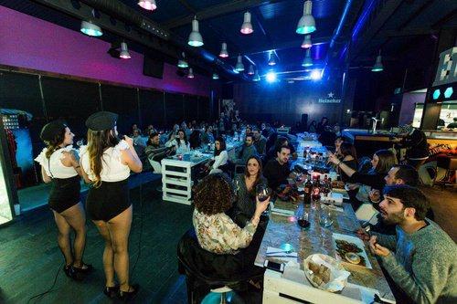 el mejor local de A Coruña para organizar despedidas de soltero y soltera conjuntas estilo hollywood