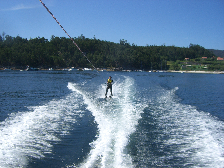 Descubre la actividad de moda para despedidas de soltero y soltera en Sanxenxo.El esquí acuático es una aventura muy divertida y exclusiva